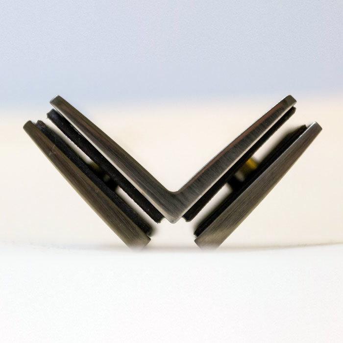 Прокладки между установленным стеклом и телом фурнитуры из особого состава